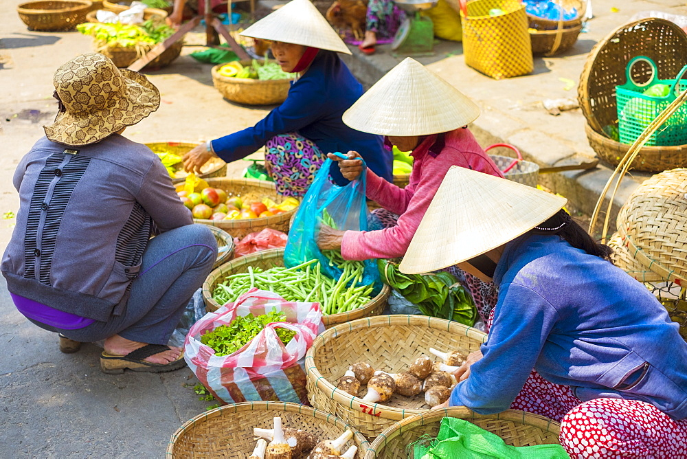 Women selling vegetables at Hoi An market, Quang Nam Province, Vietnam, Indochina, Southeast Asia, Asia