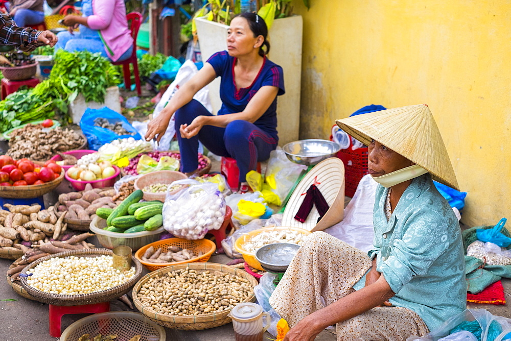 Vietnamese women selling food at street market, Hoi An, Quang Nam Province, Vietnam, Indochina, Southeast Asia, Asia