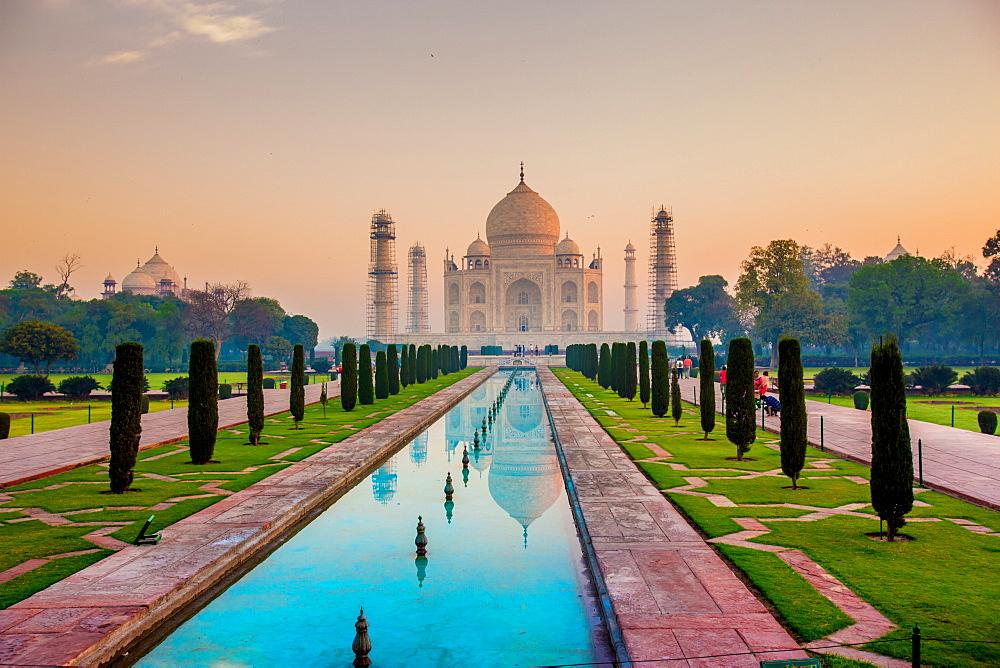 Sunrise at the Taj Mahal, UNESCO World Heritage Site, Agra, Uttar Pradesh, India, Asia