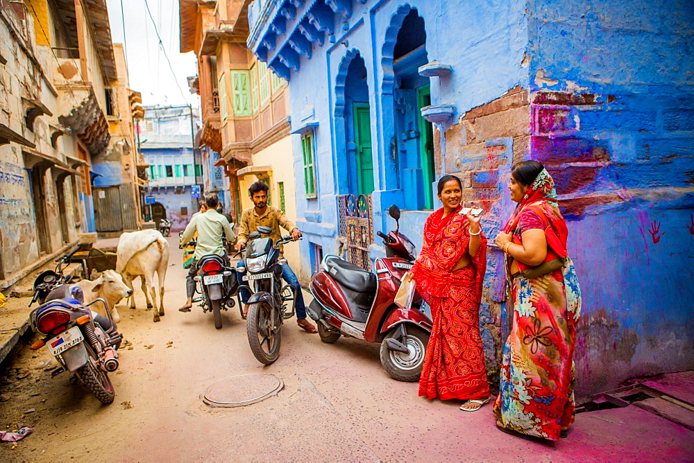 Typical street scene in the blue streets of Jodhpur, the Blue City, Rajasthan, India, Asia