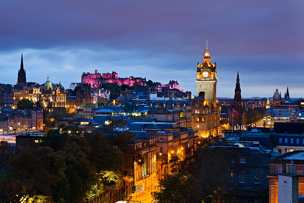 Edinburgh castle and the city buildings lit in twilight, Edinburgh, Lothian, Scotland, United Kingdom, Europe