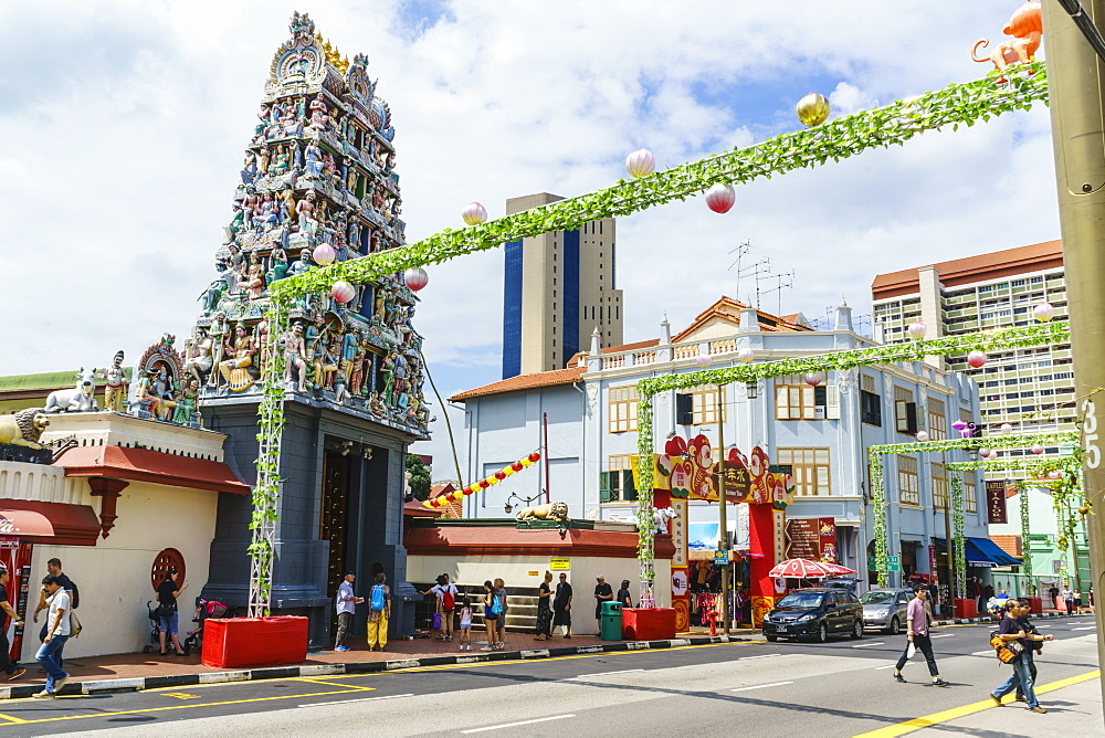 Sri Mariamman temple and Masjid Jamae (Chulia) mosque in South Bridge Road, Chinatown, Singapore, Southeast Asia, Asia