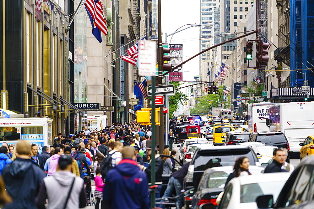Crowds of shoppers on 5th Avenue, Manhattan, New York City, United States of America, North America
