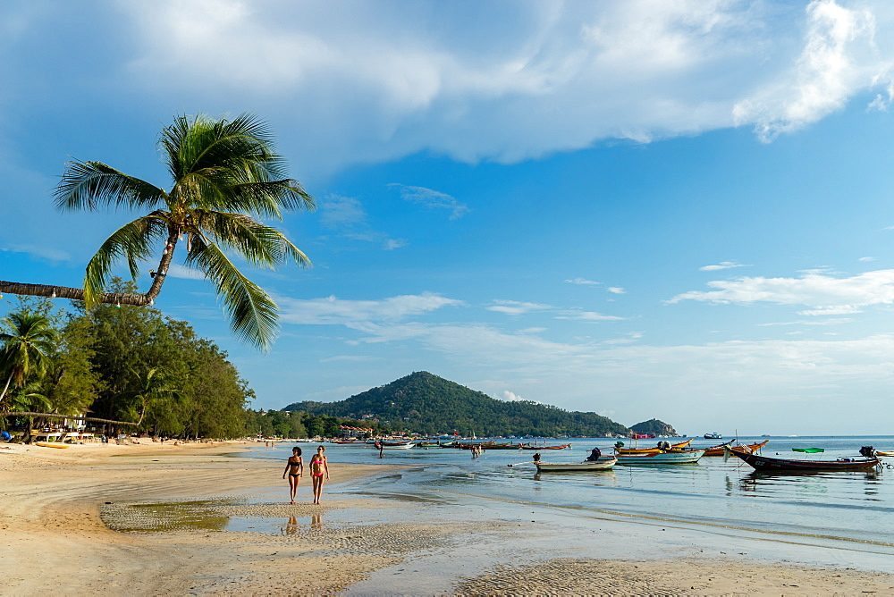 Two women on Sairee Beach, on the island of Koh Tao in Thailand, Southeast Asia, Asia