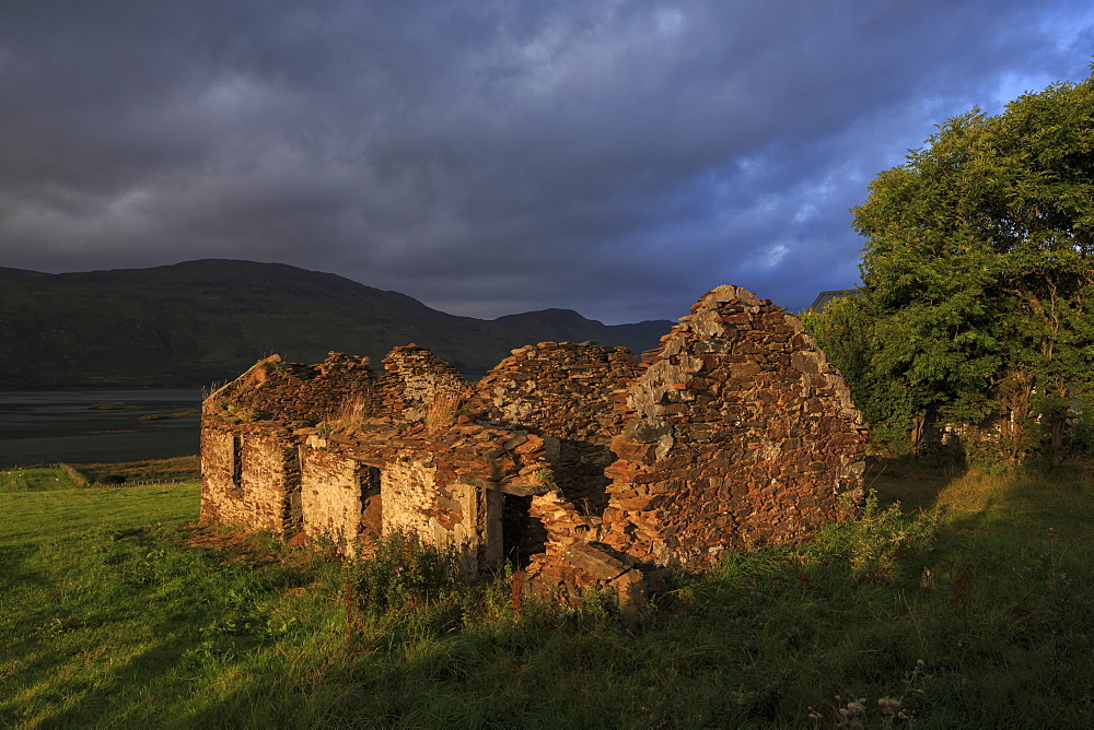 Cottage ruin, Loughros, Ardara, County Donegal, Ulster, Republic of Ireland, Europe