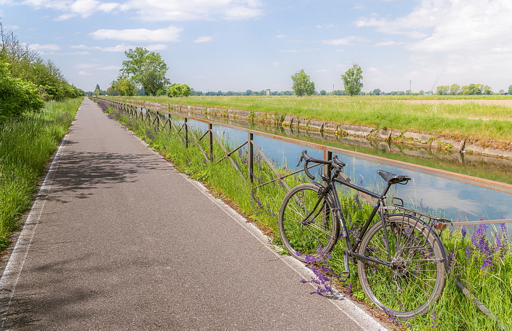 A bike on the rail of the Naviglio Pavense canal which links Milan to Pavia which has been transformed into a cycling path, Lombardy, Italy, Europe