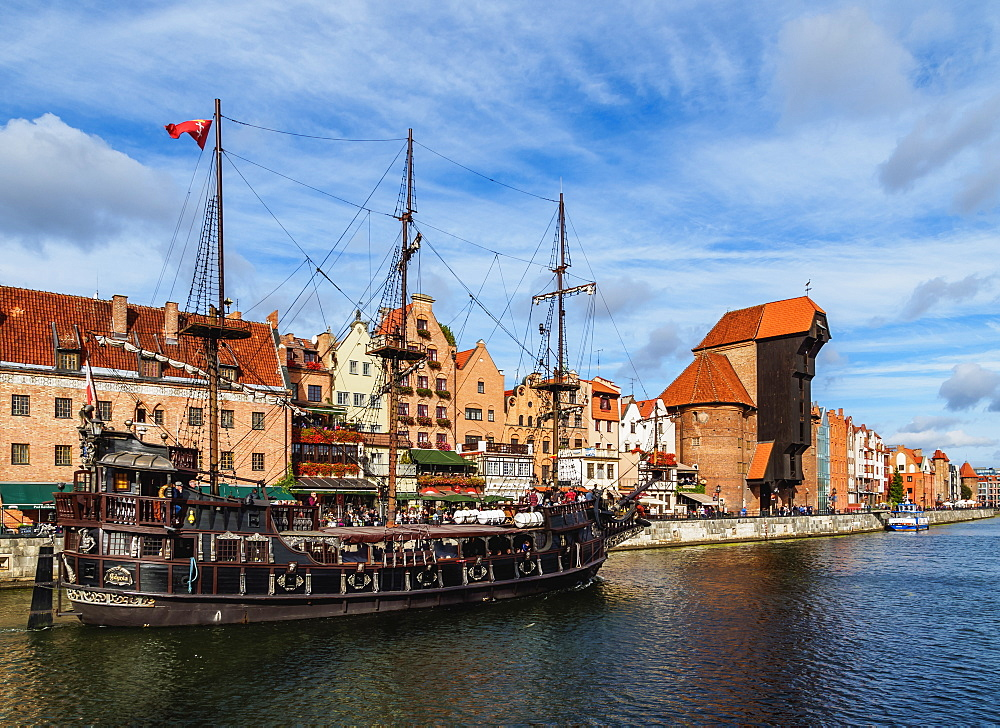 Poland, Pomeranian Voivodeship, Gdansk, Old Town, Motlawa River and Medieval Port Crane Zuraw