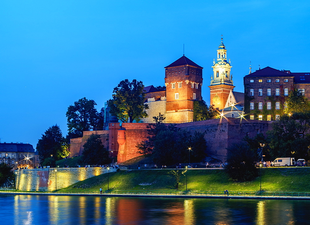 Poland, Lesser Poland Voivodeship, Cracow, Wawel Royal Castle and Vistula River at twilight