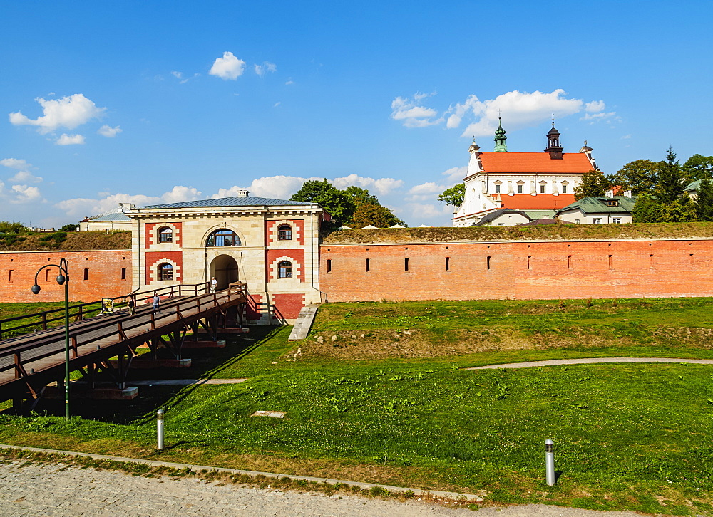 Poland, Lublin Voivodeship, Zamosc, Old Town, Szczebrzeszyn Gate and Cathedral