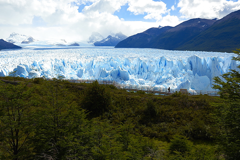 Silhouette of a visitors walking the passageway at Perito Moreno Glaciar in Parque Nacional de los Glaciares, UNESCO World Heritage Site, Patagonia, Argentina, South America