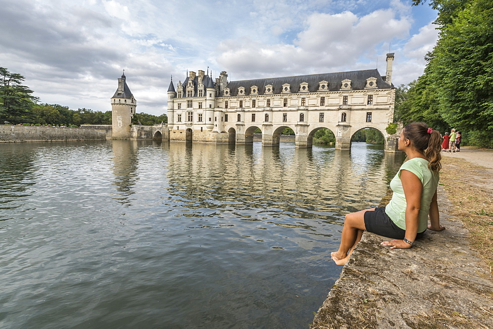 Woman staring at Chenonceau castle, UNESCO World Heritage Site, Chenonceaux, Indre-et-Loire, Centre, France, Europe
