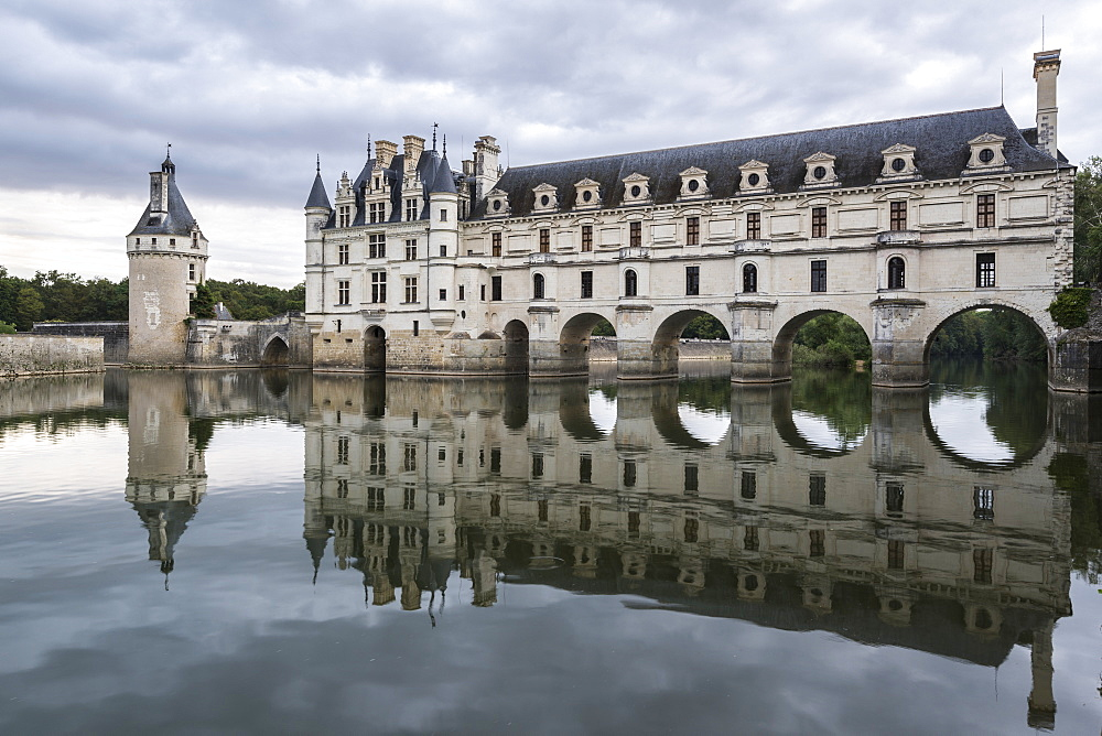 Chenonceau castle reflects itself on the Loire. Chenonceaux, Indre-et-Loire, France.