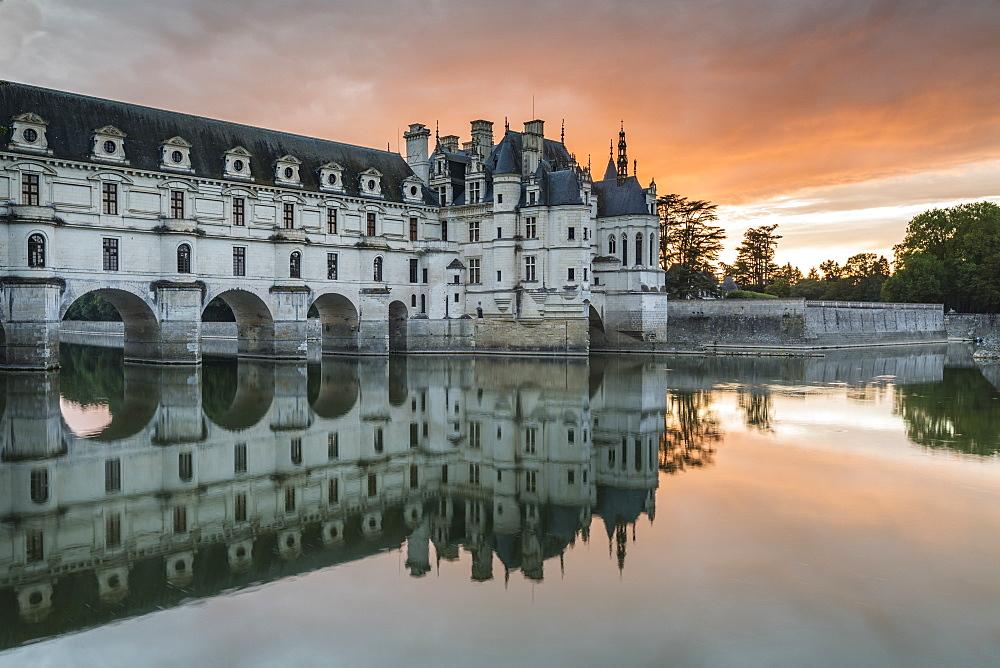 Chenonceau castle reflects itself on the Loire at sunset. Chenonceaux, Indre-et-Loire, France.