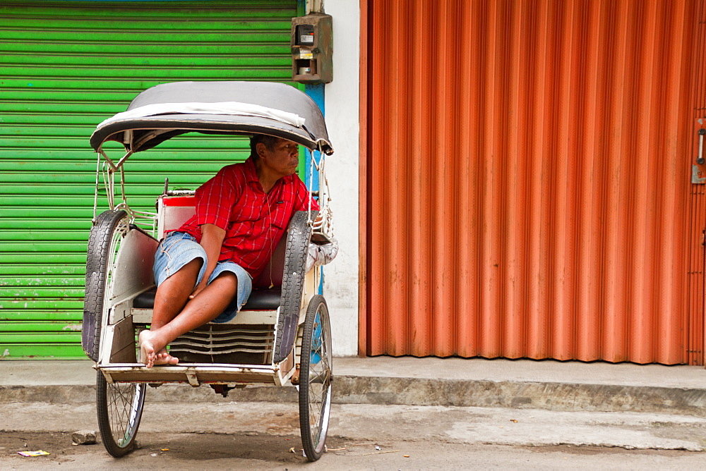 Indonesian rickshaw driver, Yogyakarta, Java, Indonesia, Southeast Asia, Asia - 1262-144