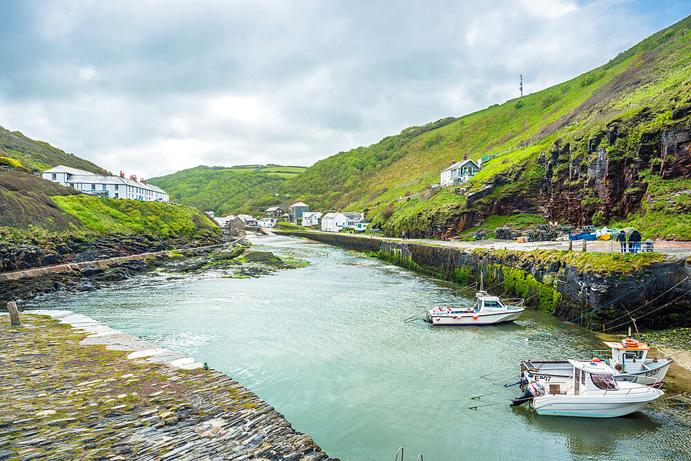Views toward the village of Boscastle from the sea wall at the harbour entrance, on the Atlantic coast of Cornwall, England, UK. - 1267-500