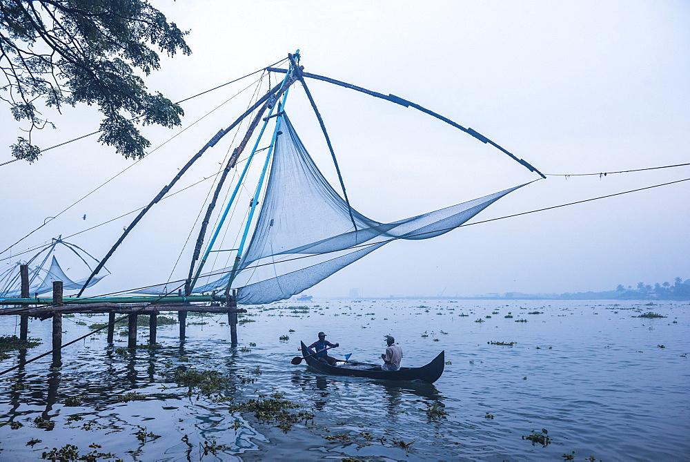 Fishermen at the traditional Chinese fishing nets, Fort Kochi (Cochin), Kerala, India, Asia