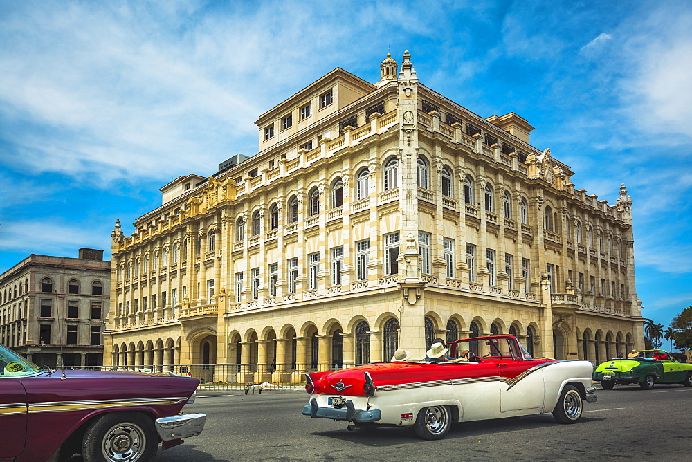 Old classic cars and The former Presidential Palace, The Museum of the Revolution in Old Havana, Cuba, West Indies, Caribbean