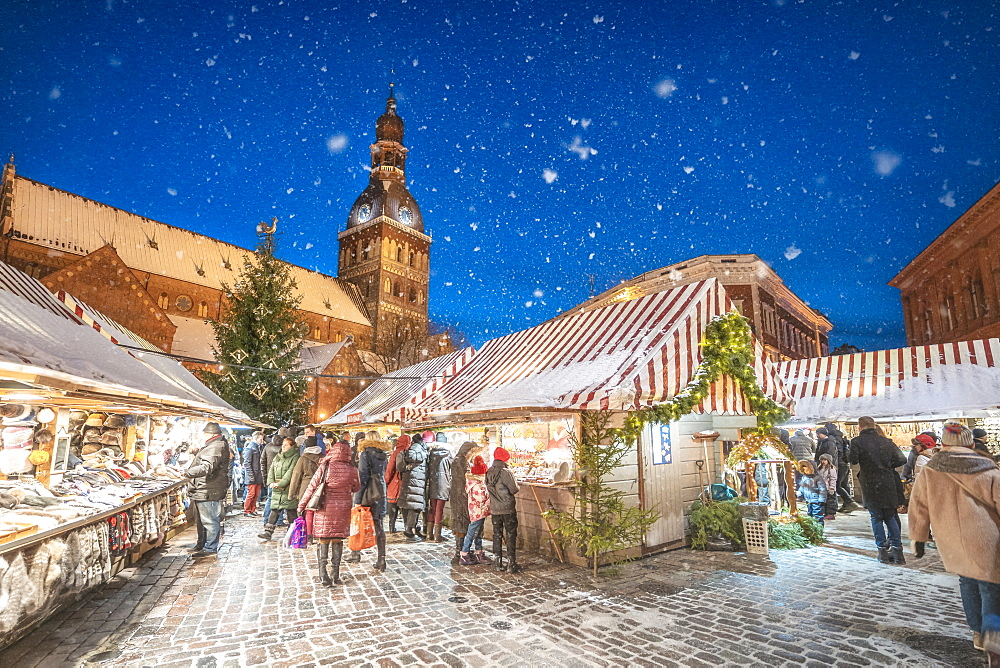 Christmass market and Riga Doms Cathedral at night in winter, Old Town, UNESCO World Heritage Site, Riga, Latvia, Europe