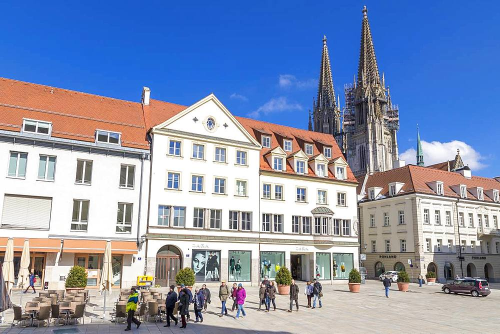 View to the Cathedal of St. Peter seen from Neupfarrplatz, Regensburg, Bavaria, Germany, Europe