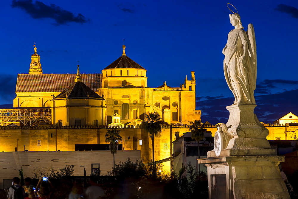 Statue on the Roman Bridge and the Mosque-Cathedral (Great Mosque of Cordoba) (Mezquita), UNESCO World Heritage Site, at dusk, Cordoba, Andalusia, Spain, Europe