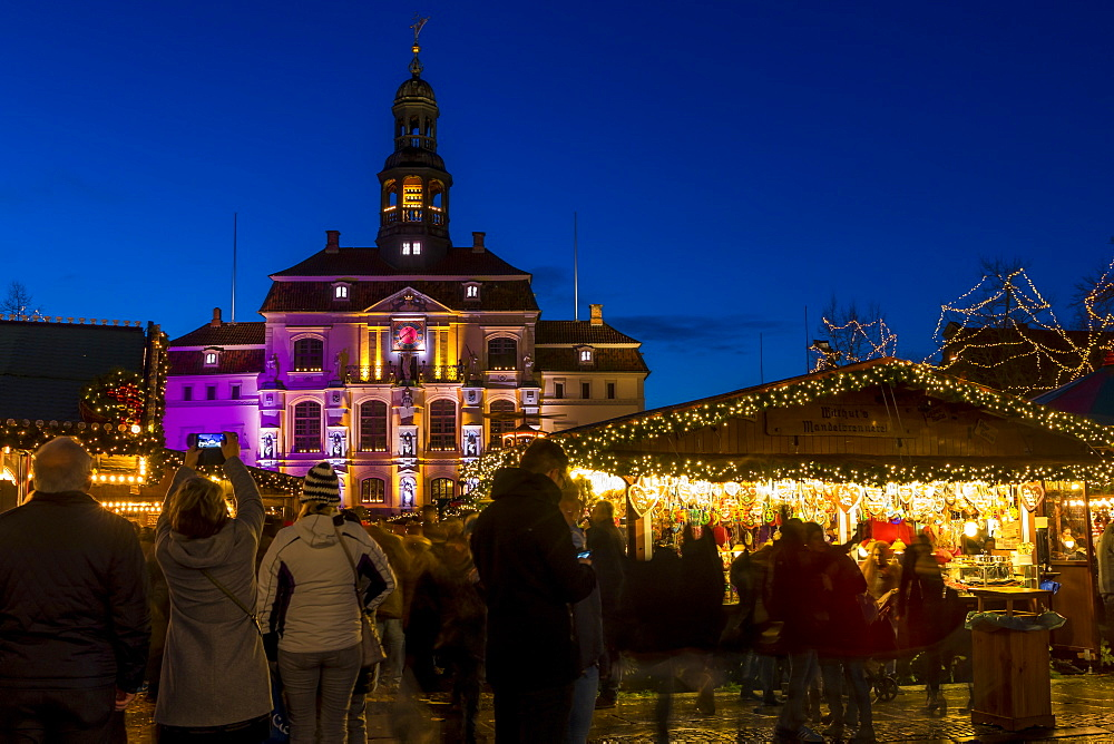 Christmas market at the main square of Luneburg with view to the town hall at dusk, Luneburg, Lower Saxony, Germany, Europe