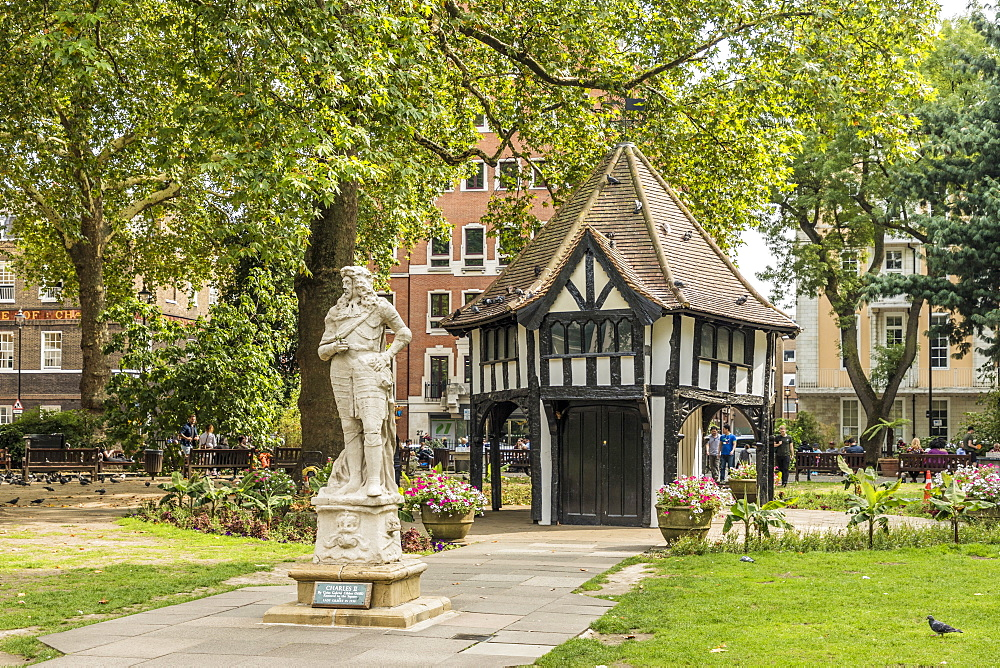 A view of a statue of Charles ii and the lodge in Soho Square, in London, England, United Kingdom, Europe. - 1297-207