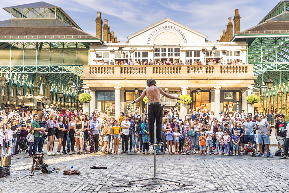A street performer in Covent Garden Market in Covent Garden, London, England, United Kingdom, Europe