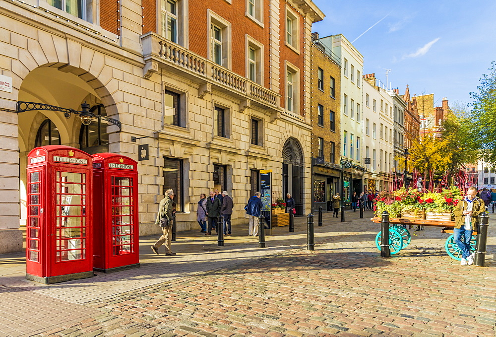 A street scene in Covent Garden, in London, England, United kingdom, Europe. - 1297-482