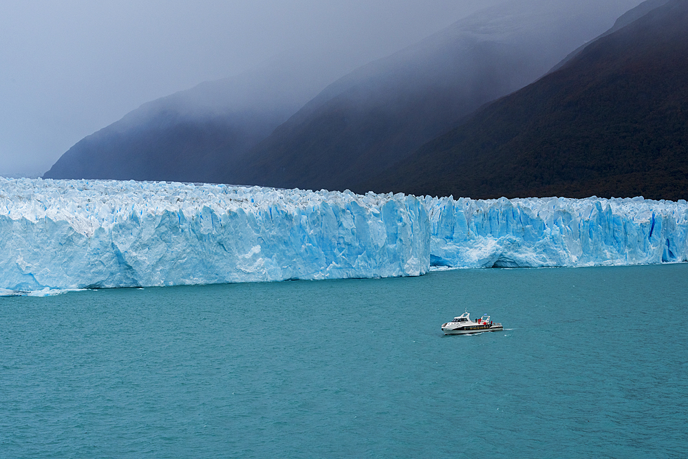 Tourist boat in front of Perito Moreno Glacier in Los Glaciares National Park, UNESCO World Heritage Site, Santa Cruz Province, Patagonia, Argentina, South America