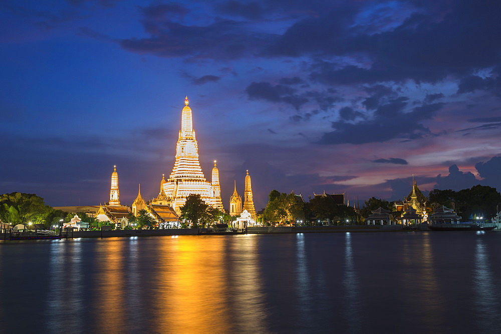 Wat Arun (Temple of Dawn) reflected at twilight in Bangkok, Thailand, Southeast Asia, Asia
