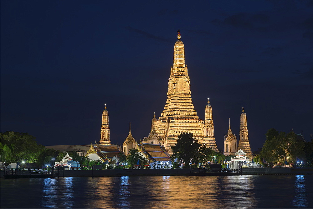 Wat Arun (Temple of Dawn) at twilight in Bangkok, Thailand, Southeast Asia, Asia