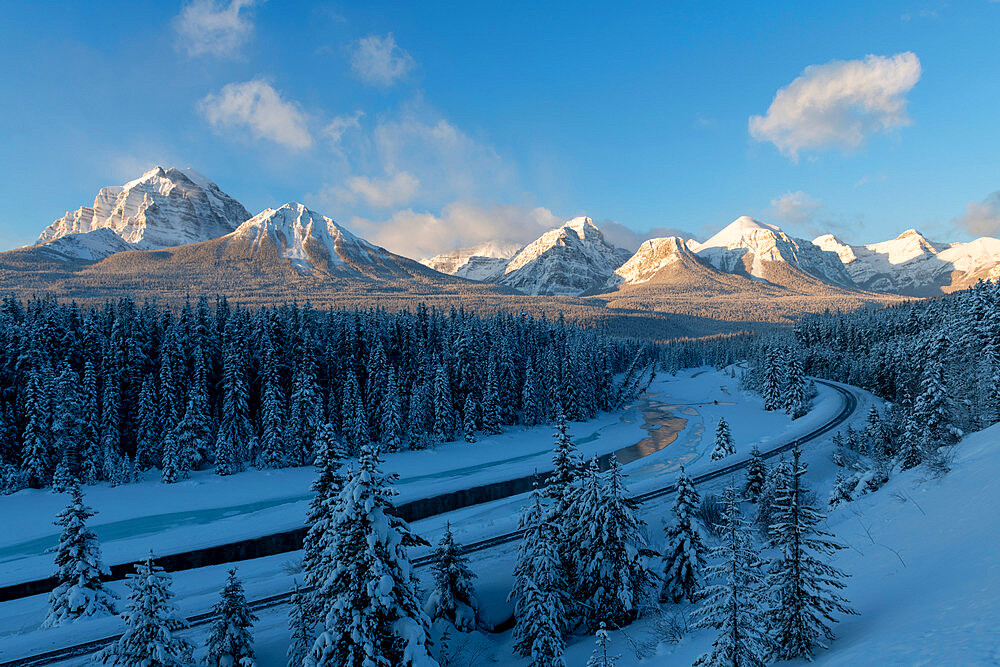 Morant's Curve winter view, Banff National Park, UNESCO World Heritage Site, Alberta, Canada, North America