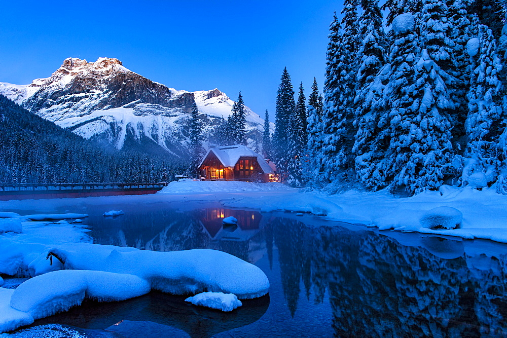 Cilantro Lodge at Emerald Lake in winter, Emerald Lake, Yoho National Park, UNESCO World Heritage Site, British Columbia, Rocky Mountains, Canada, North America