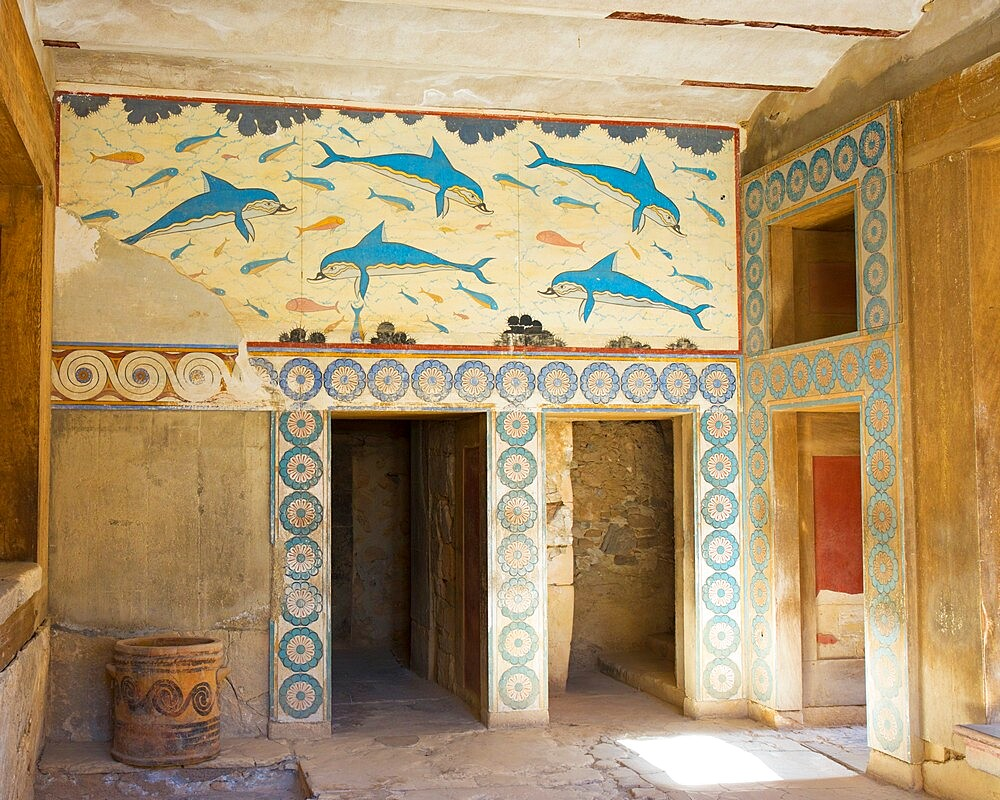 The Queen's Megaron and dolphin fresco at the Minoan Palace of Knossos (Knosos), Iraklio (Heraklion), Crete, Greek Islands, Greece, Europe