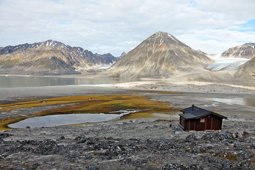 Governor's cabin at Trinityhamn, Magdalenefjord, Svalbard, Norway, Scandinavia, Europe - 166-5483