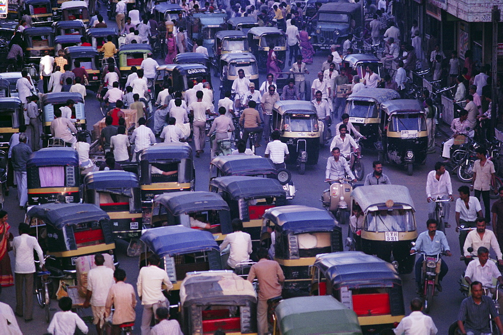 Traffic congestion, cyclists and auto-rickshaws, Ahmedabad, Gujarat State, India - 17-2970