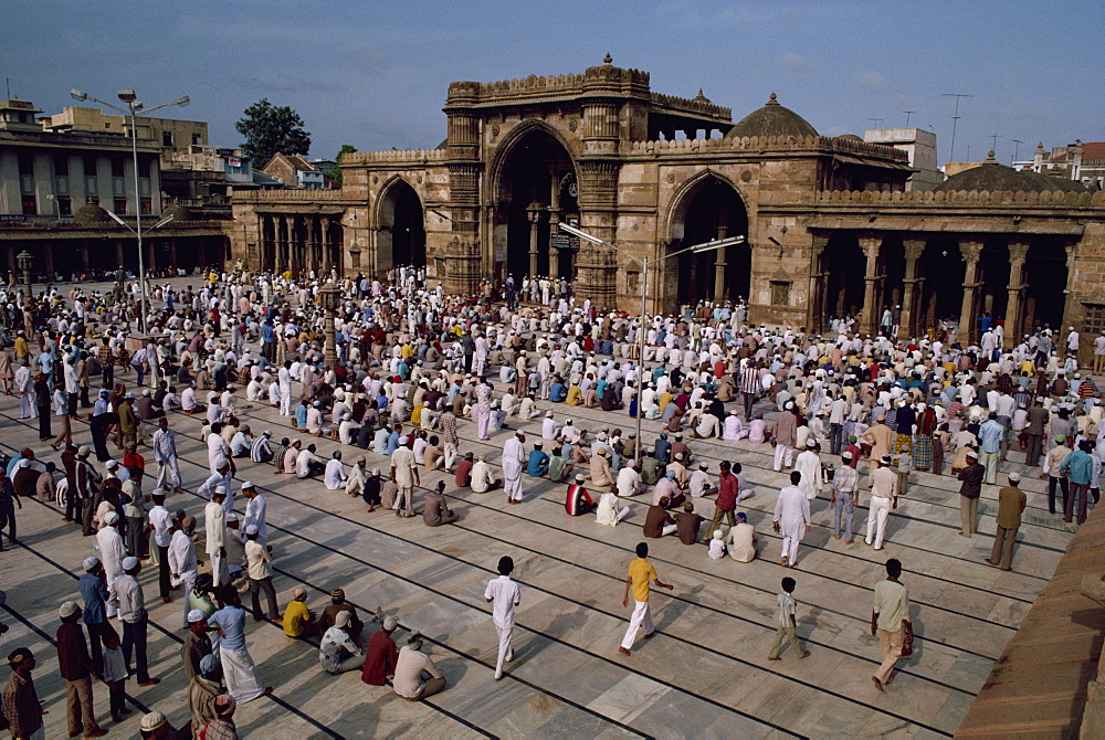Crowds gather for a Muslim festival at the Jama Masjid Mosque, Ahmedabad, Gujarat state, India, Asia
