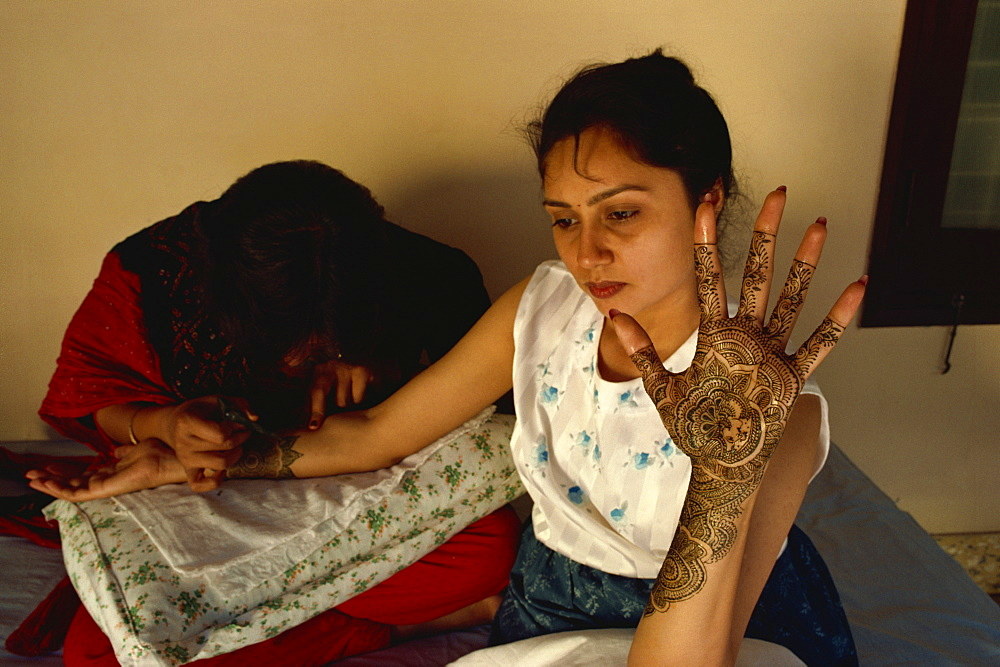 Decoration of hands with henna dye for a bride, Mehendi process, northern India, India, Asia