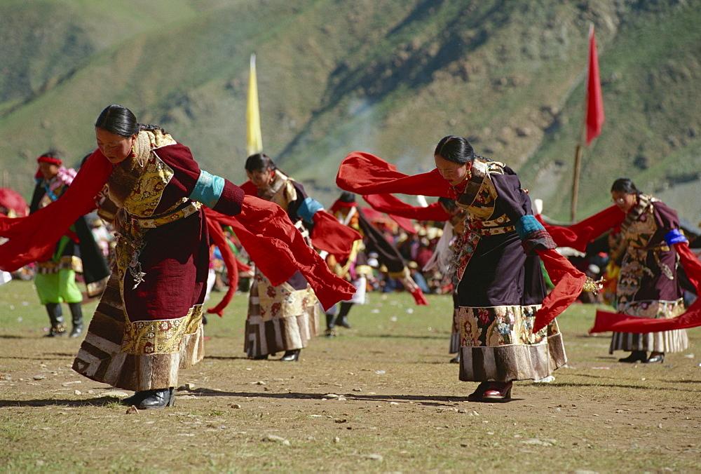 Tibetans dancing, Yushu, Qinghai, China, Asia - 188-5667