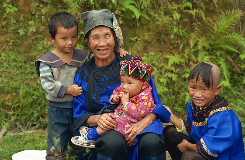 Shui woman with children, Guizhou, China, Asia