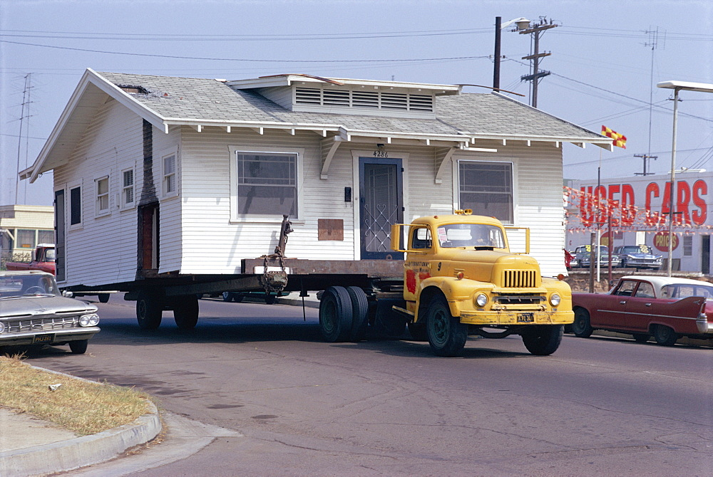 Pick-up truck moving house, California, USA *** Local Caption ***