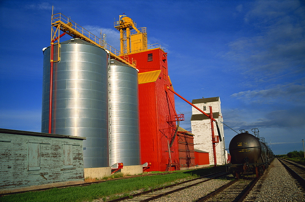 Grain elevators, Willingdon, Alberta, Canada, North America - 197-2782
