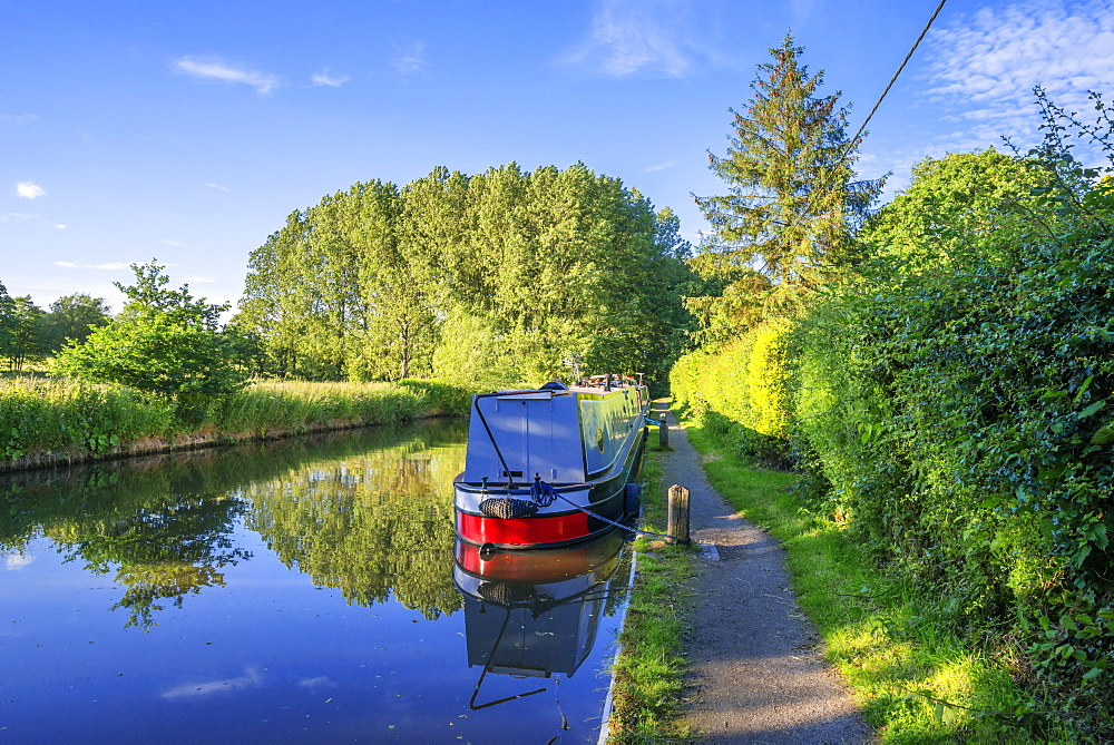 A narrow boat on the Stratford upon Avon canal, Preston Bagot flight of locks, Warwickshire, Midlands, England, United Kingdom, Europe - 255-8982