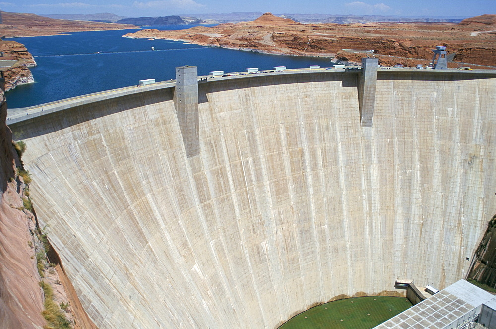 Glen Canyon Dam, concrete arch 180m high, 475m long, retaining Lake Powell on the Colorado River, Arizona, United States of America, North America - 29-2252