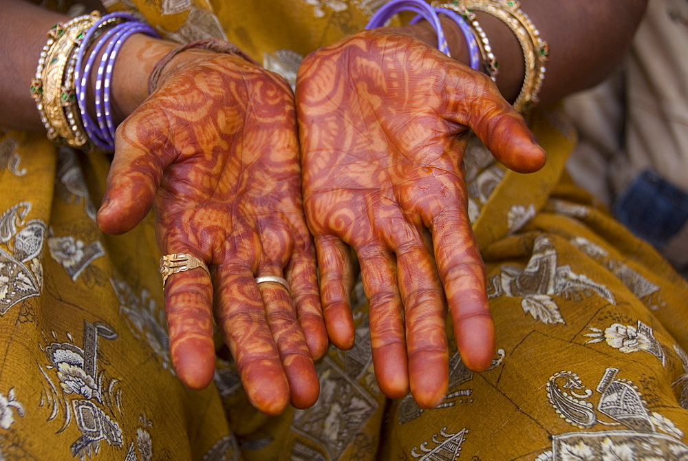 Henna decoration on the hands of an old lady resident, Porbander, Gujarat, India, Asia - 29-4962