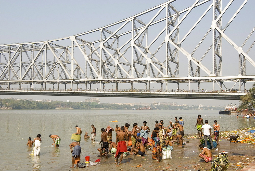 Bathing ghat on Hooghly River, part of Ganges River, below Howrah Bridge, Kolkata (Calcutta), West Bengal, India, Asia