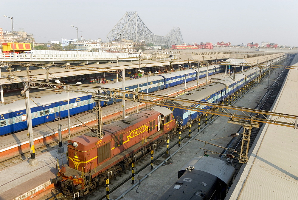 Howrah railway station, with Howrah Bridge beyond, Kolkata (Calcutta), West Bengal, India, Asia