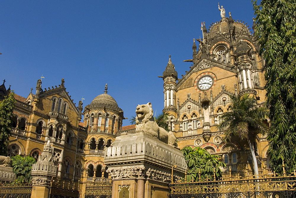 The Victorian frontage of VT (Victoria Terminus) (Chhatrapati Shivaji Terminus), UNESCO World Heritage Site, Mumbai, India, Asia )