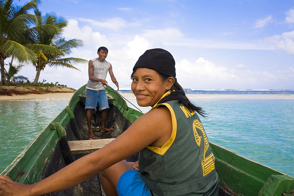 Kuna Indians in dug out canoe, Isla Tigre, San Blas Islands, Comarca de Kuna Yala, Panama, Central America