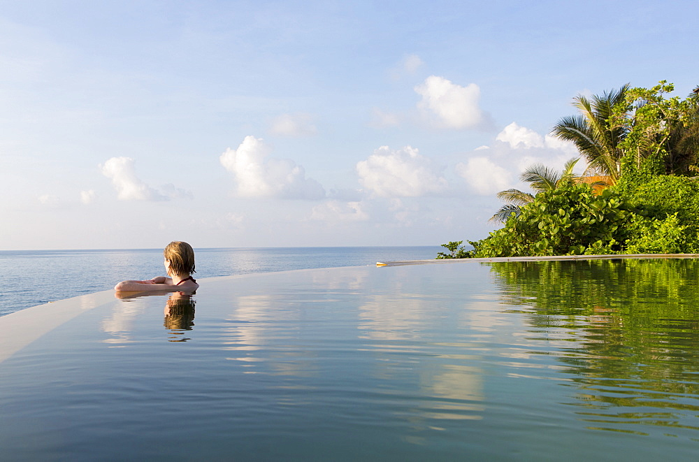 Woman in an infinity pool looking out to sea, Koh Samui, Thailand, Southeast Asia, Asia - 321-5469